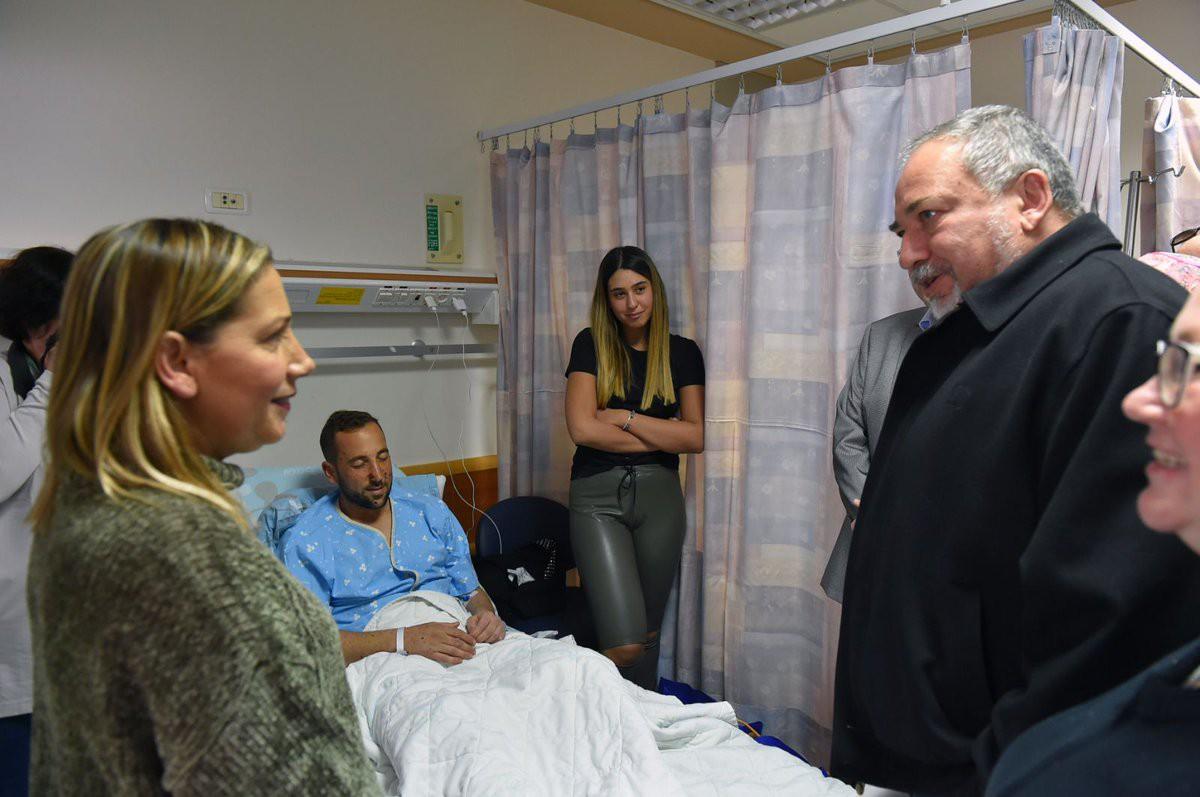 ليبرمان يزور أحد جرحى جولاني الذي أصيب على حدود غزة