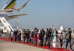 مسئولون أمنيون: أبو مازن سيقطع المزيد من رواتب موظفي غزة