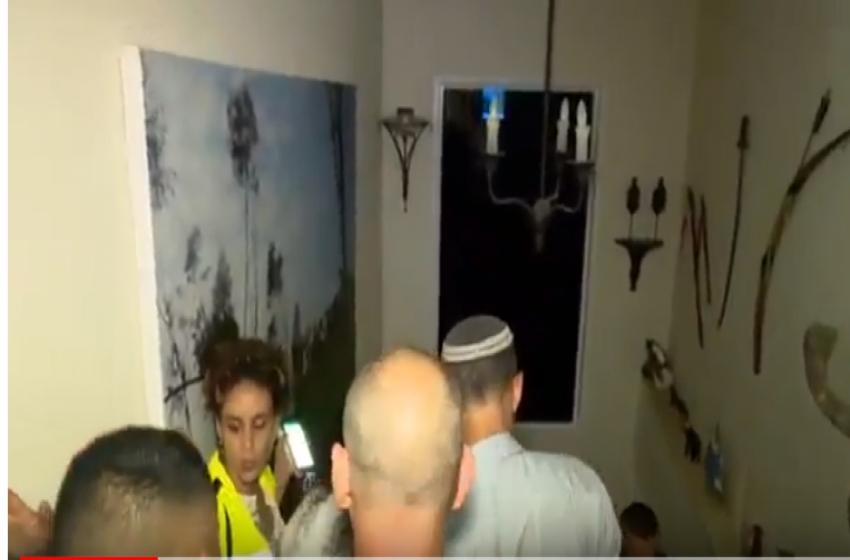 هروب مراسل القناة الـ2 خلال بث مباشر عند سماعه صافرات الإنذار بغلاف غزة