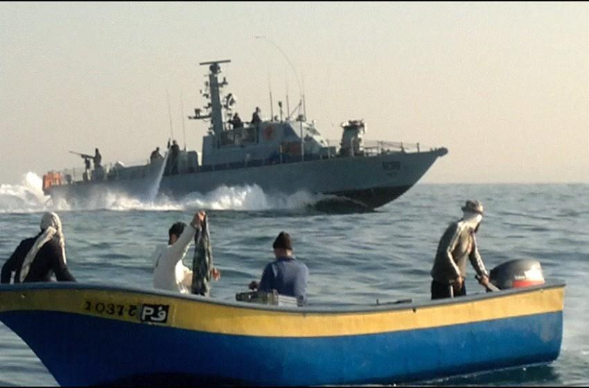 """البحرية """"الإسرائيلية"""" تستهدف الصيادين وسط القطاع"""