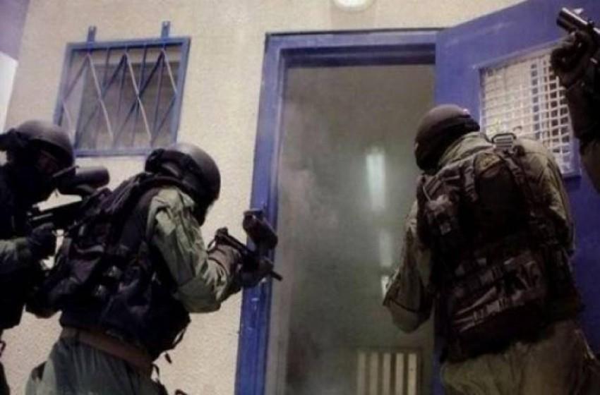 طعن سجانين بالنقب ومواجهات عنيفة في أقسام السجن
