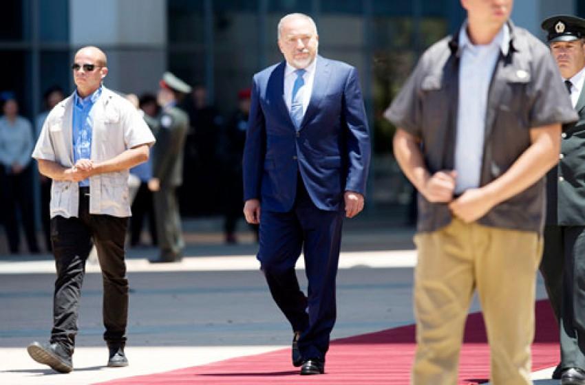 ليبرمان يتسلل بهدوء إلى وزارة الدفاع